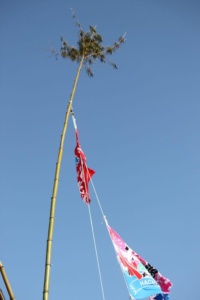 大漁旗に笹